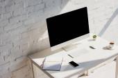 domácí kancelář s, notepad, šálek kávy, počítač a smartphone s prázdnými obrazovkami