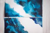 Papieroberseite mit japanischer Malerei mit blauem Aquarell auf Holzgrund