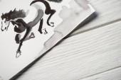 Horní pohled na papír s japonskou malbou na dřevěném pozadí