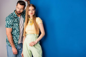 módní mladý pár pózuje v letních šatech na šedé a modré