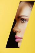 Női profil négyszögletes lyuk sárga papír fekete háttér