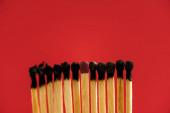 Fotografie Odpovídá mezi spálenými zápalkami izolovanými na červeno