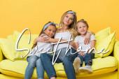 šťastná těhotná matka objímání s dětmi na pohovce izolované na žluté, sladké domácí ilustrace