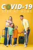 šťastná rodina cestovatelů se zavazadly, pasy a jízdenkami ukazujícími na žluté, covid-19 ilustrace