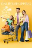 rodiče s nákupními taškami a děti gestikulující a sedící v nákupním košíku na žluté, online nakupování ilustrace