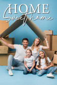 pozitivní rodiče držící lepenkovou střechu nad dětmi na modré s lepenkovými krabicemi pro relokaci, domácí sladká domácí ilustrace