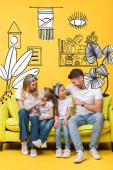 Fotografie šťastní rodiče mluví s rozkošnou dceru a syna, zatímco sedí spolu na pohovce na žluté, vnitřní ilustrace