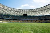 füves focipálya a stadionban a napsütéses napon a kék ég
