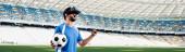 profi focista vr headset labda kiabálás és mutat igen gesztus a stadionban, panoráma lövés