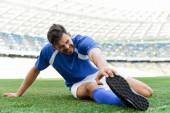 profi focista kék-fehér egyenruhában, futballpályán a stadionban