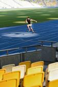 szelektív fókusz ülések és gyors jóképű futó gyakorló futópálya stadionban