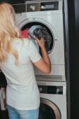 visszapillantás szőke háziasszony üzembe mosás mosógép