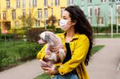 vonzó lány rózsaszín orvosi maszk séta kínai crested kutya a városban