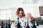 Photo beautiful girl playing chess on self isolation, selective focus