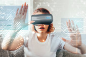 érzelmi lány gesztikulál és használ virtuális valóság headset táblákkal otthon karanténban keresősáv