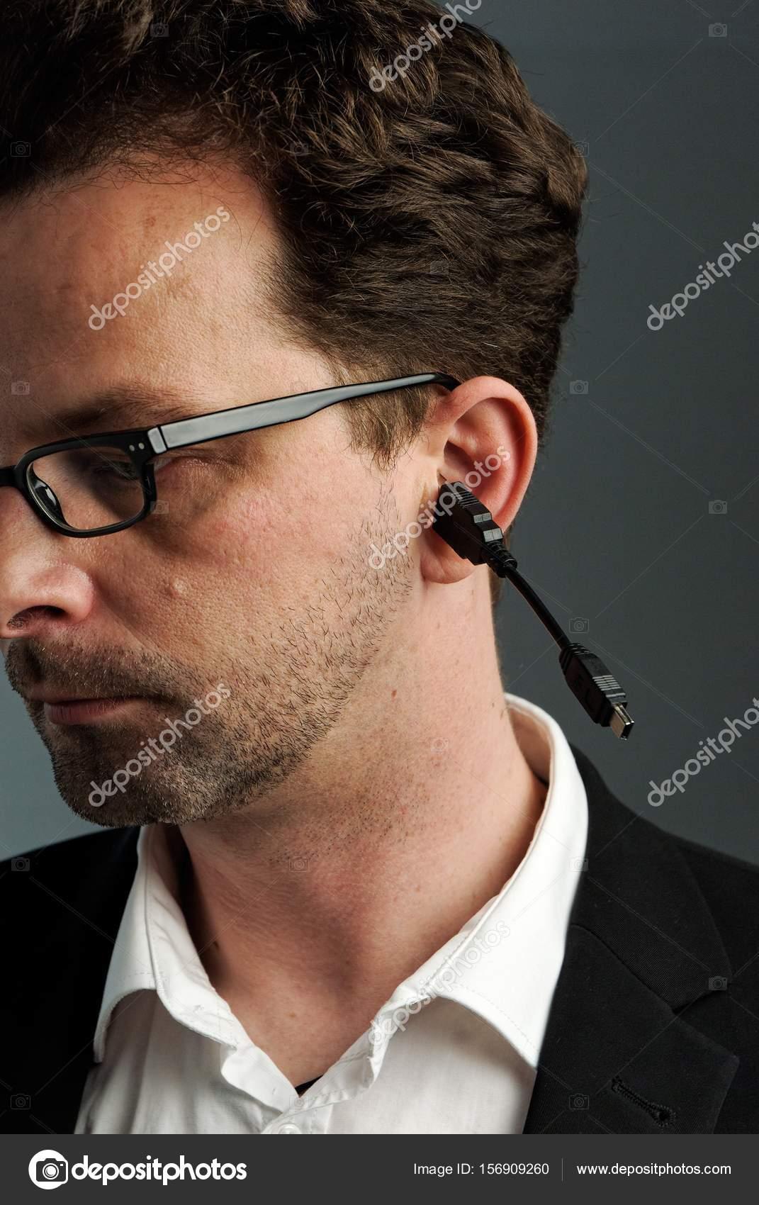 40 jaar oor Een man, ongeveer 40 jaar, met een netwerkaansluiting in zijn oor  40 jaar oor
