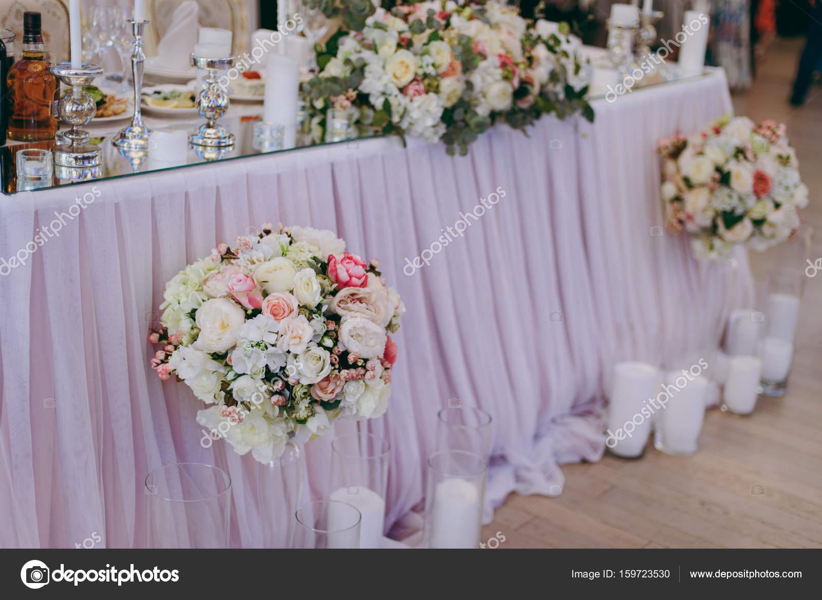 Schone Dekoration Mit Blumen Bei Der Hochzeit Stockfoto