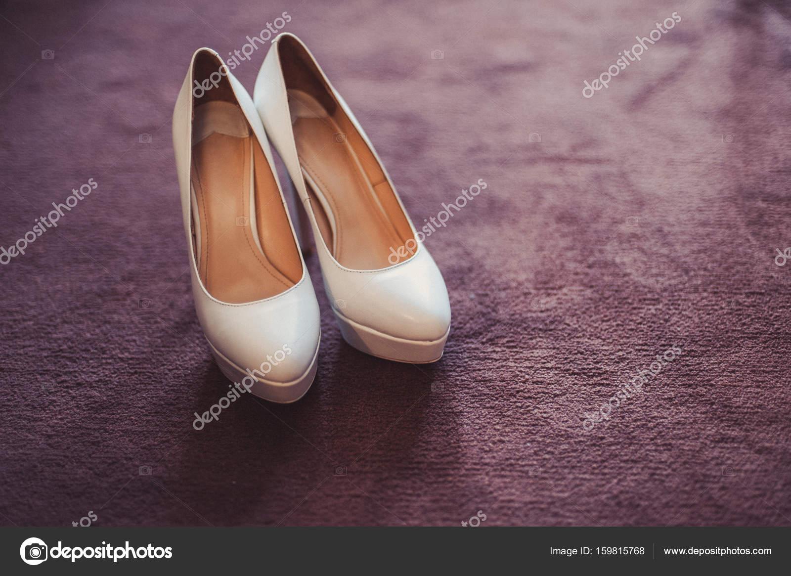 c3f75212146 Νύφη Νυφικά παπούτσια με ψηλά τακούνια και ασημένια σκουλαρίκια λαμπρά  ενδύματα προβάτων — Εικόνα από ...