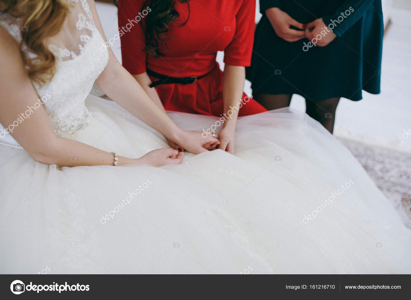 Freundin Steckt Den Ring Am Finger Der Braut Das Madchen Zeigt