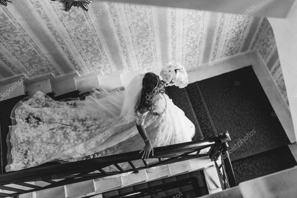 невеста в чулках спускается по лестнице порно