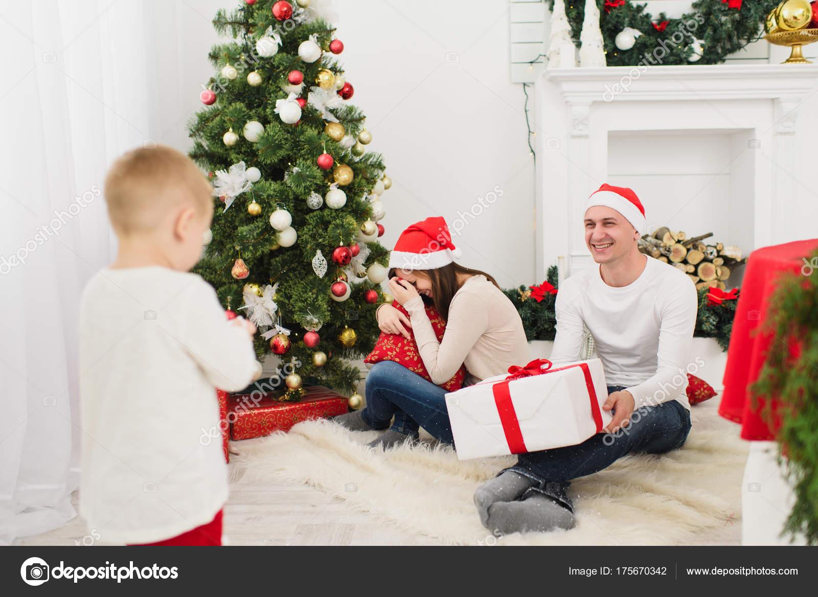 Glückliche junge fröhliche Eltern mit niedlichen kleinen Sohn in ...