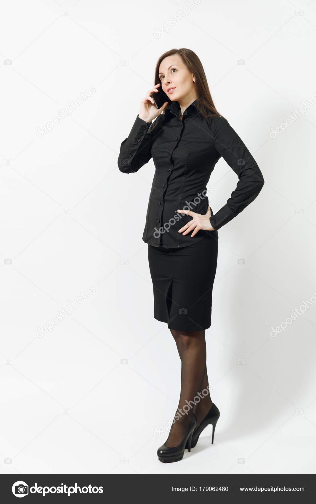 5877218f2bcadc Ritratto integrale di bella giovane caucasica sorridente donna capelli  castani di affari in camicia classica nera ...