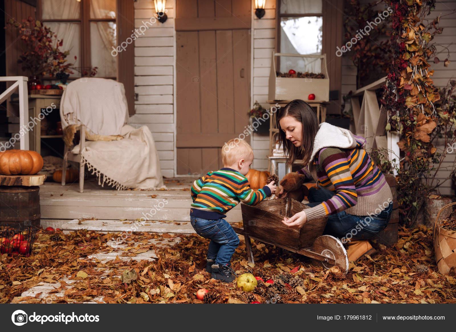 Trolley In Huis : Schattig klein jongetje en moeder spelen in de buurt van huis met