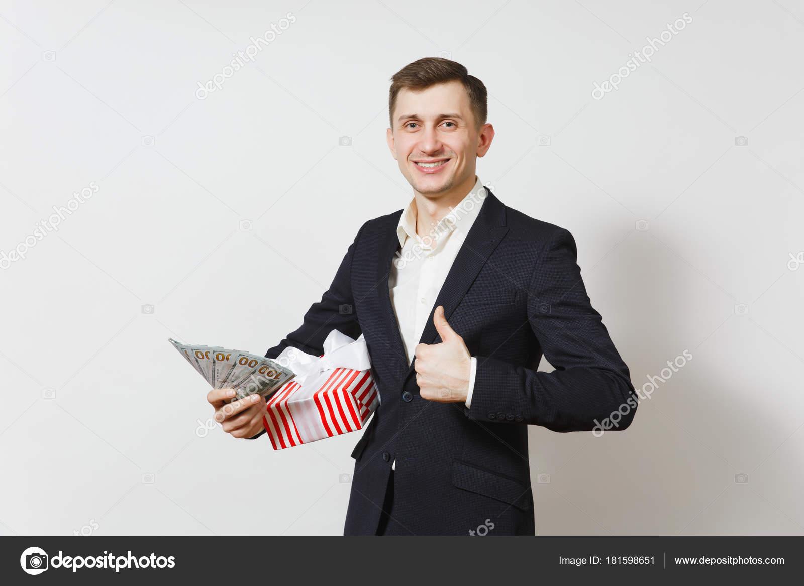 jeune homme beau en costume tenue rouge bo te actuelle avec cadeau paquet d argent liquide. Black Bedroom Furniture Sets. Home Design Ideas