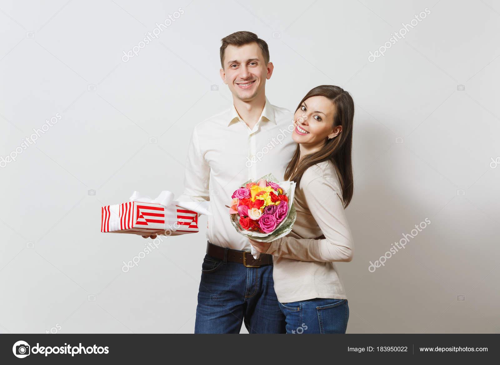 Jeune Couple Amoureux Homme Et Femme Avec Bouquet De Fleurs Belles