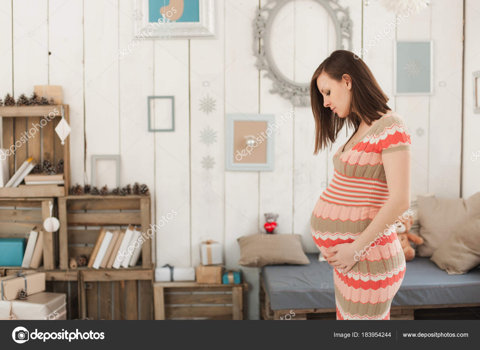 Glücklich Schwanger Junge Brünette Frau In Gestreiften Langen Kleid