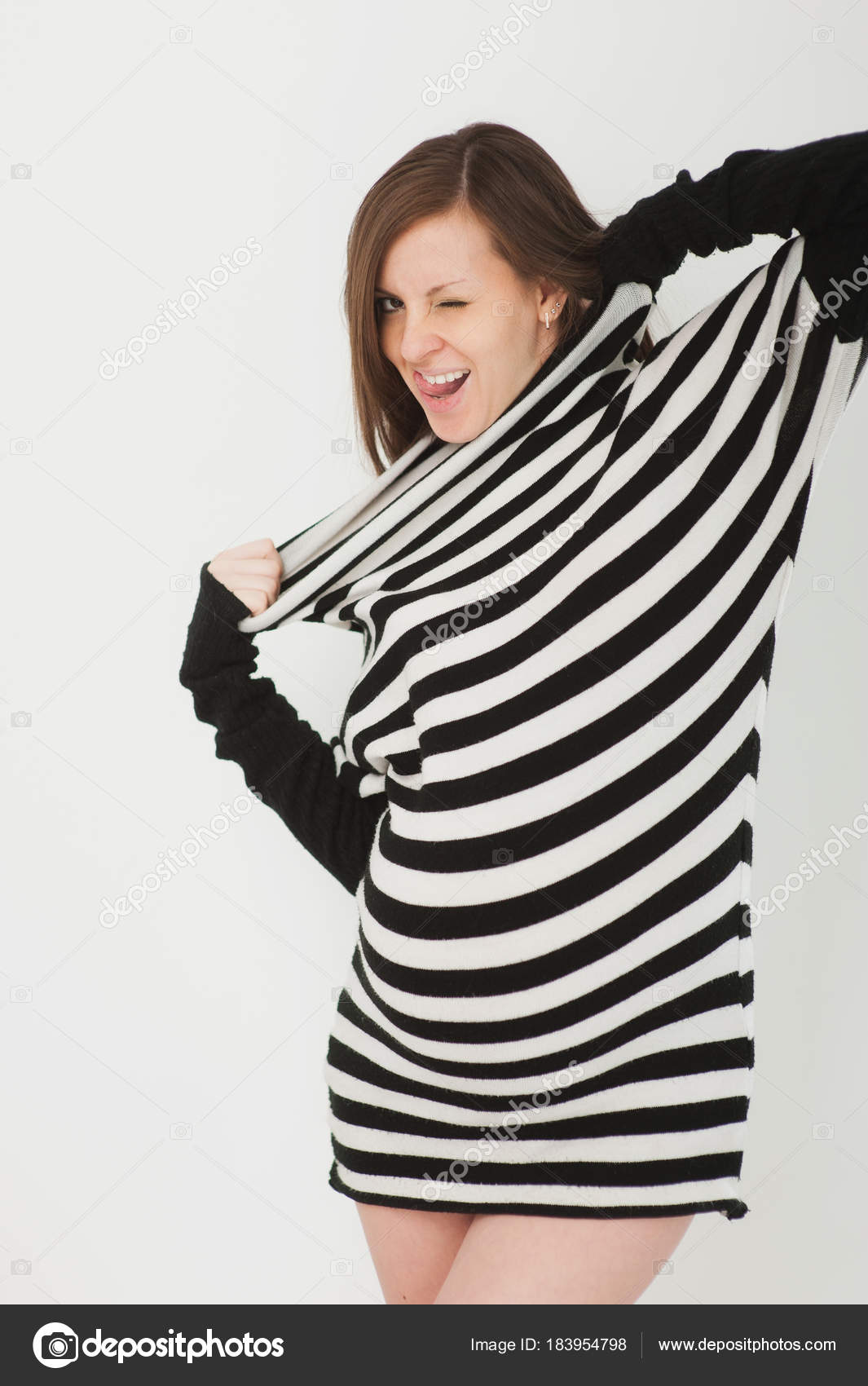 756ed342a61d Красивые модные молодые счастливы брюнетка беременной в полосатые черно  белое платье с большой живот, животик. Беременность, родительских, семьи ...