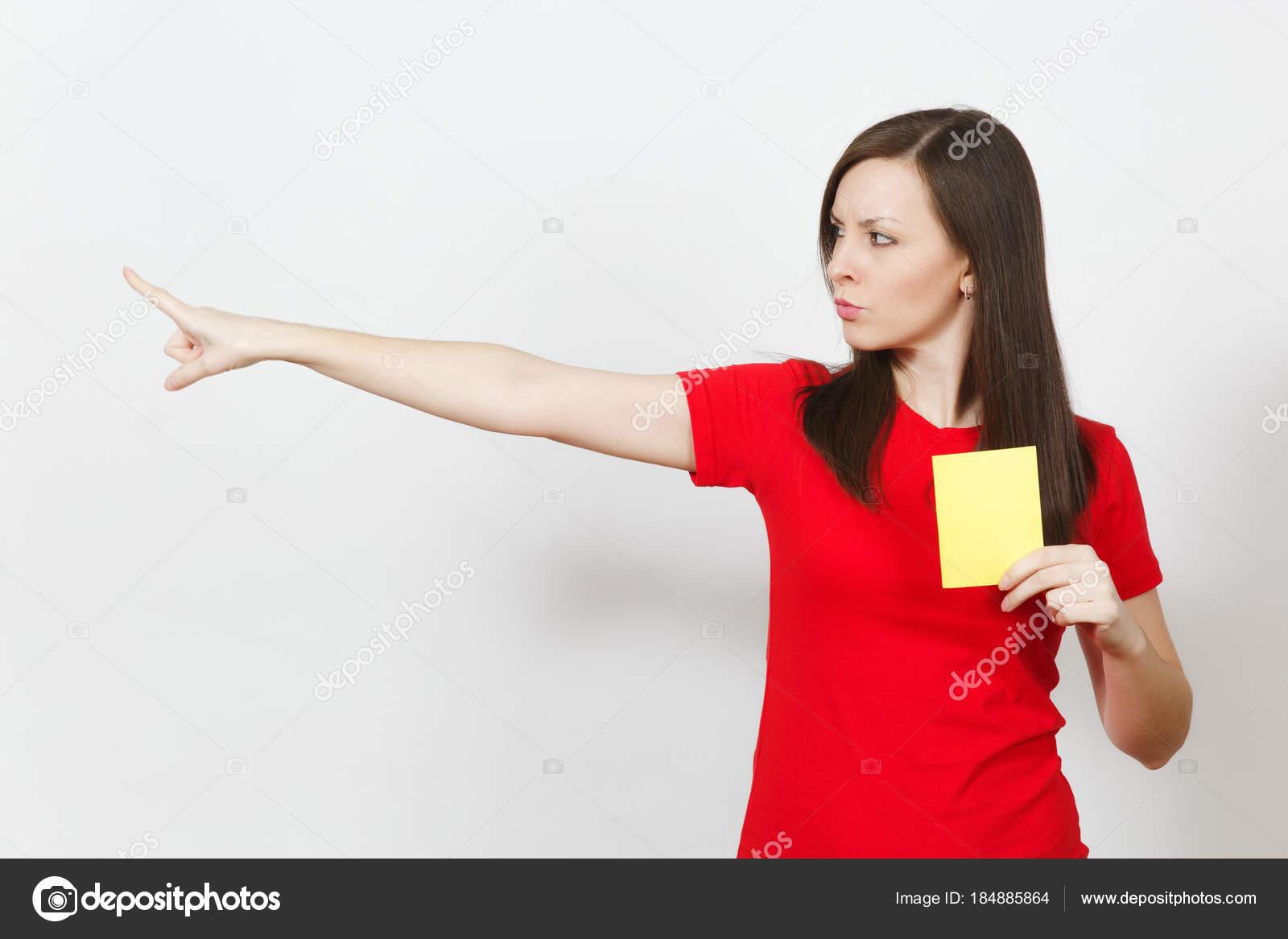 ec093c20508 ... árbitro de fútbol en rojo uniforme Mostrar tarjeta de fútbol amarillo,  proponer jugador retirarse del campo aislado sobre fondo blanco. Deporte,  juego ...