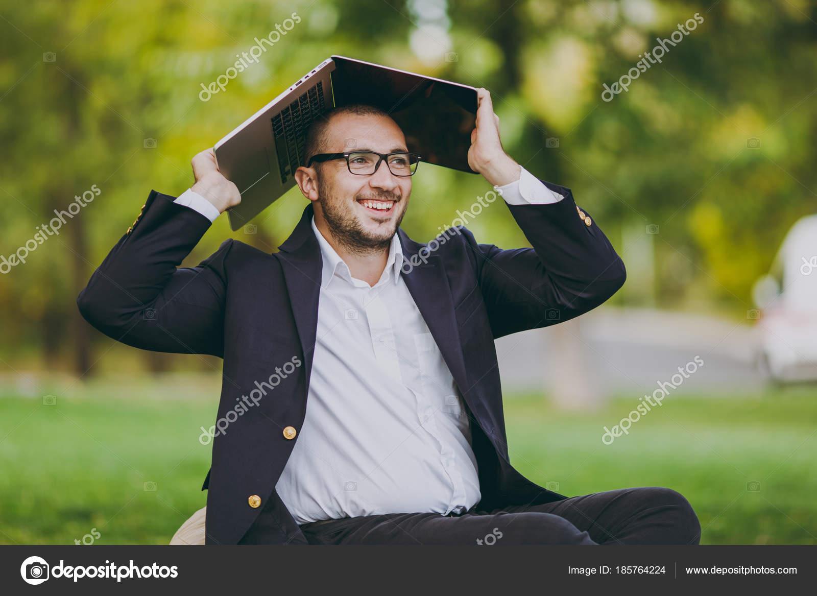Overhemd Voor Onder Pak.Jonge Succesvolle Zakenman In Wit Overhemd Klassieke Pak Glazen