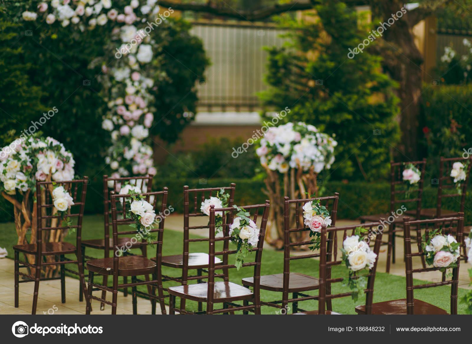Belle décoration d\'une cérémonie de mariage dans un jardin d ...