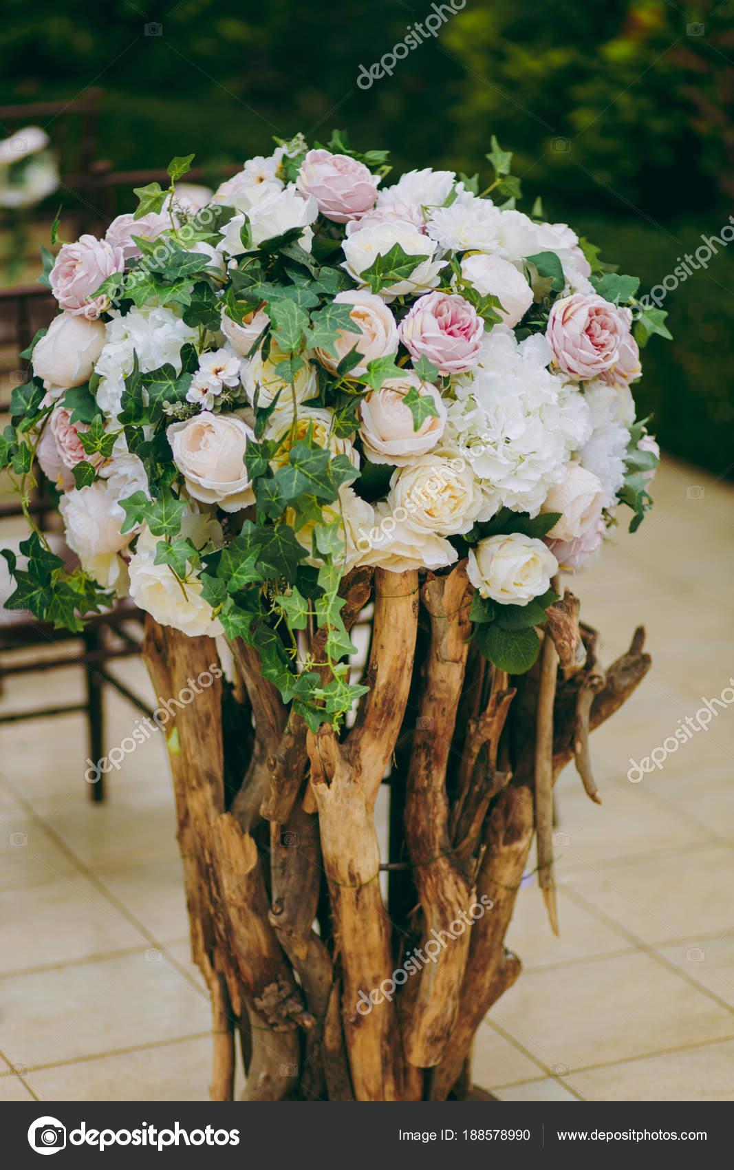 Belle décoration d\'une cérémonie de mariage dans un jardin d\'automne ...