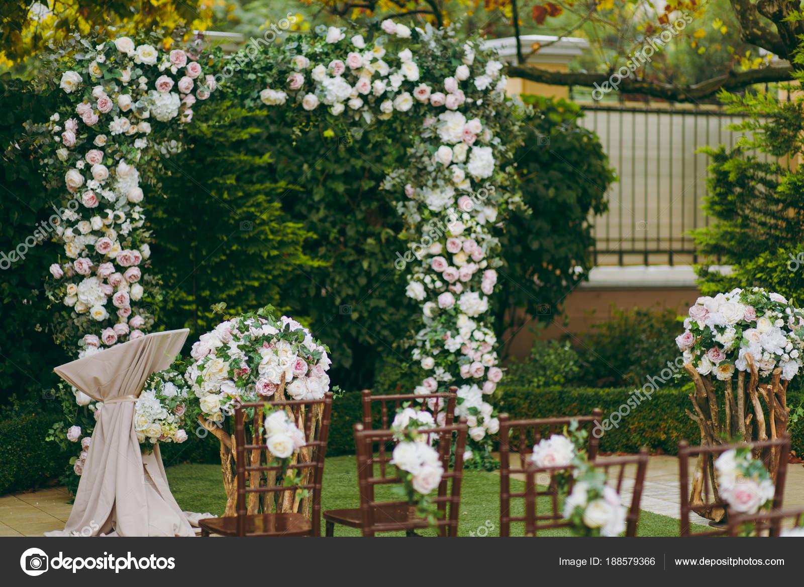 Krasna Dekorace Na Svatebni Obrad V Zahrade Podzimni Hneda Drevena