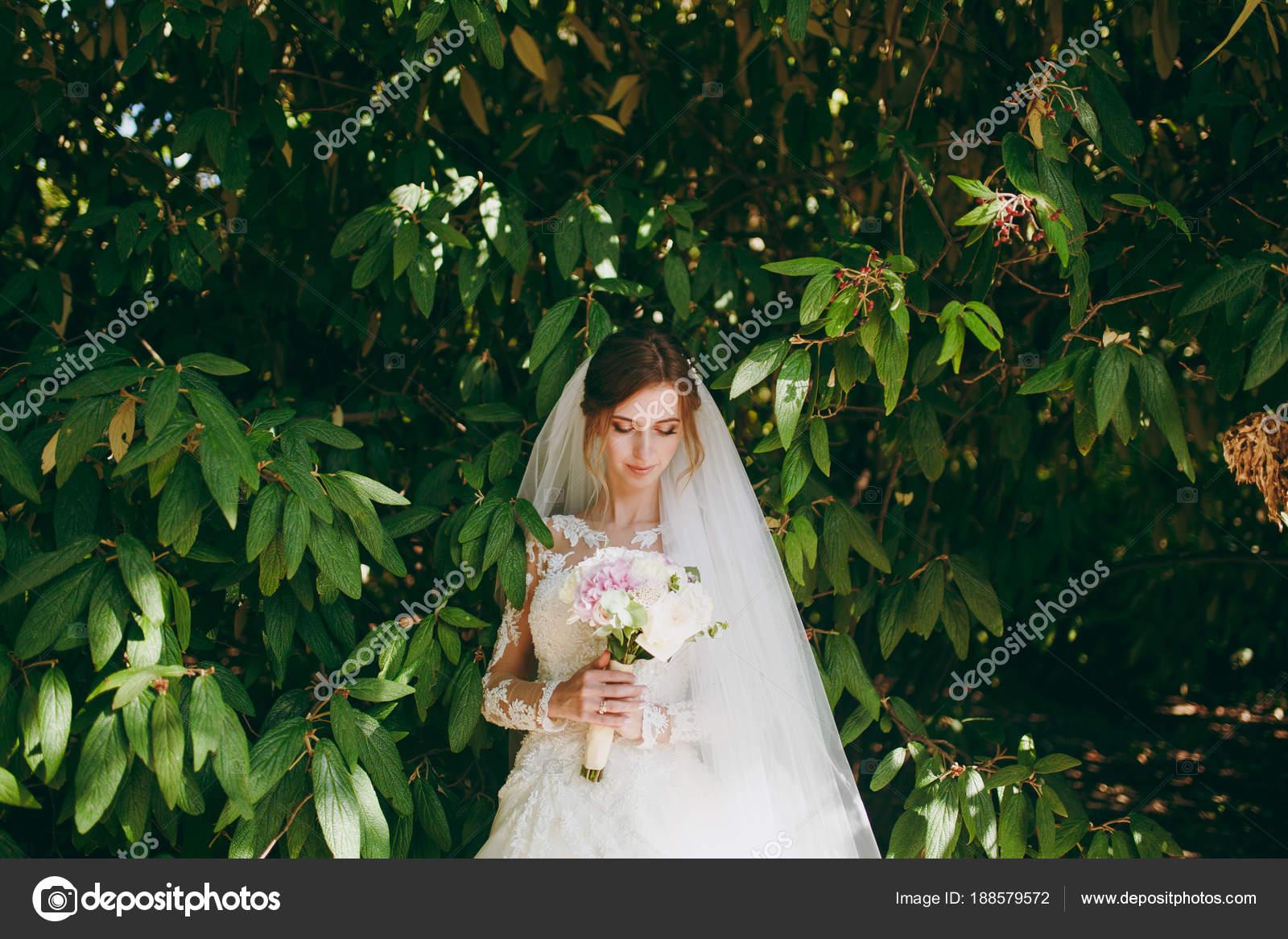 fe2675f72f Bel matrimonio photosession. Giovane sposa sorridente carina tenera ...