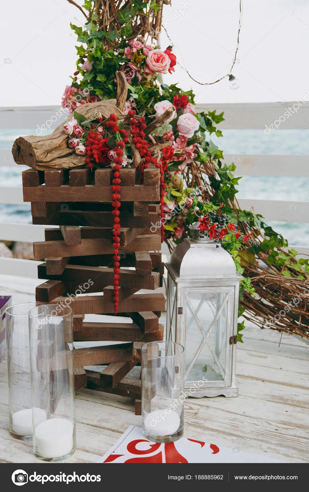 Schone Dekoration Der Hochzeitszeremonie In Rosa Weinrot Und Weiss