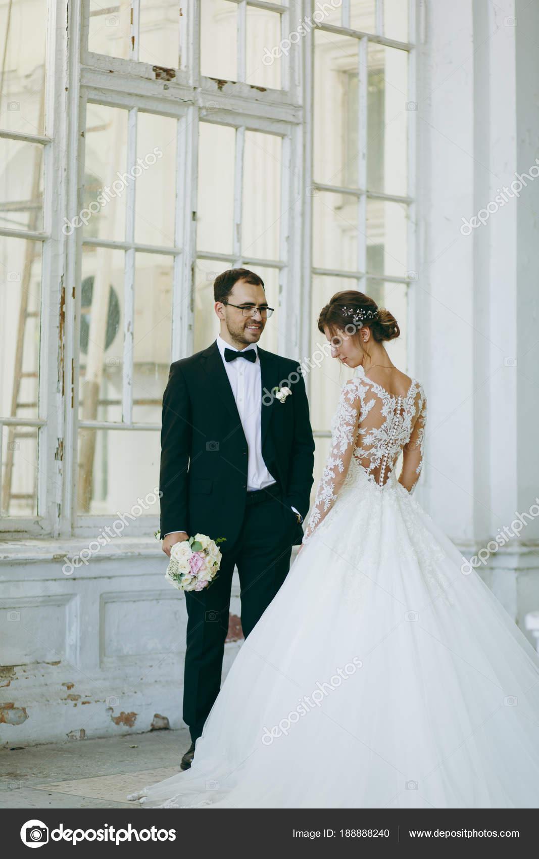 Schöne Hochzeit Fotosession. Bräutigam im schwarzen Anzug und junge ...