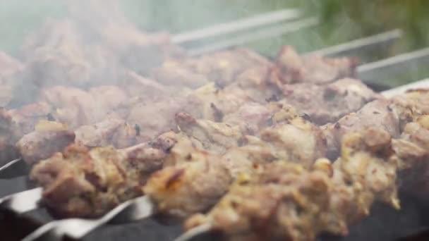 Maso se smaží na špejlích na grilu, zblízka. Vaření shashlik.