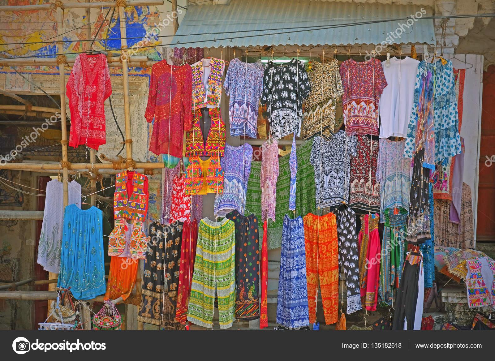 Te Koop Kleding.Kleding Te Koop In De Markt Van Een Indiase Straat Stockfoto