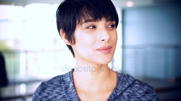 Atraktivní mladá žena tvář s krásným úsměvem - různé výrazy