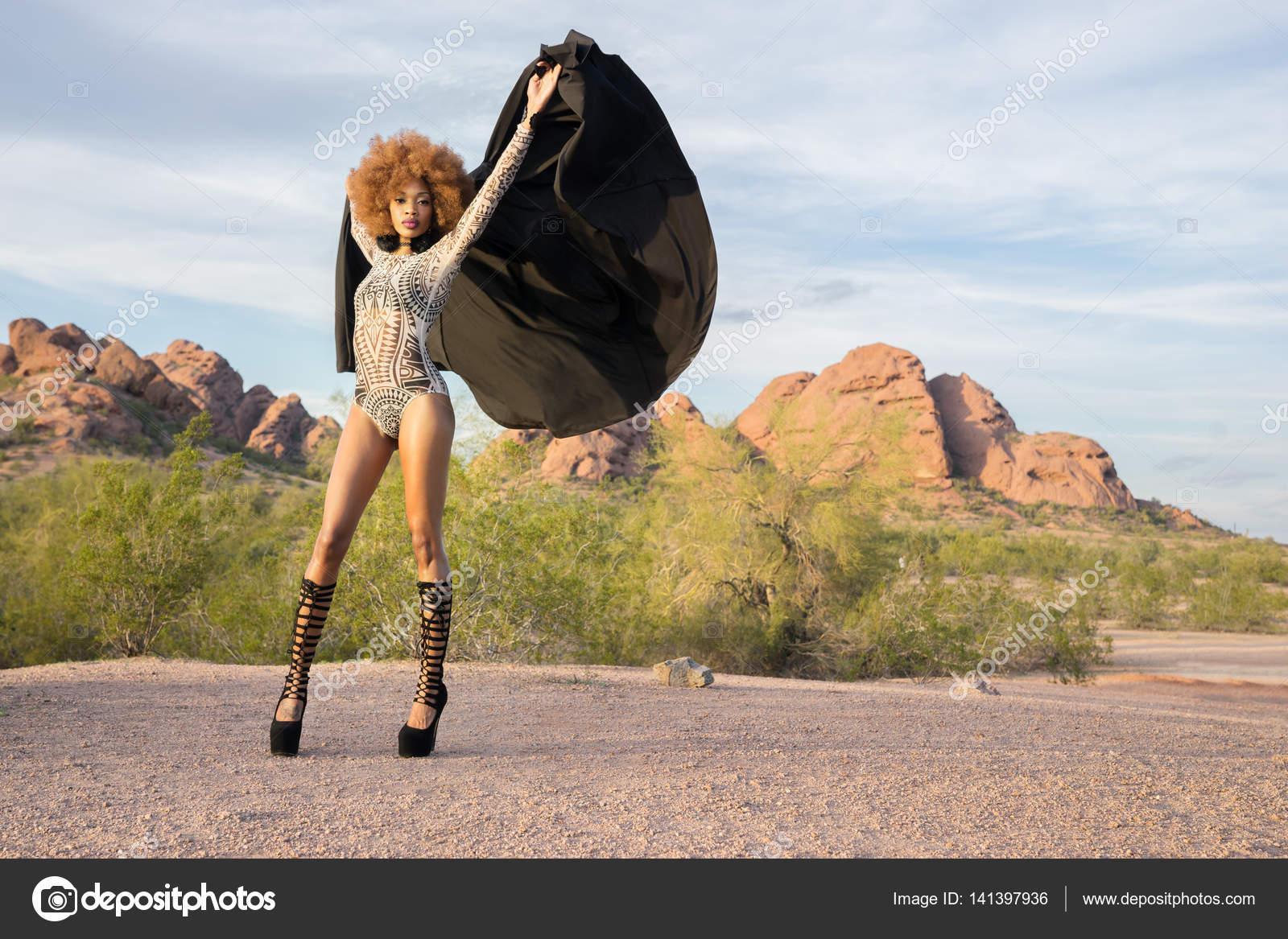 Mode stijl shoot met prachtige afrikaanse amerikaanse model dragen