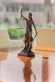 Fotografie bronze Themis sculpture at Law office