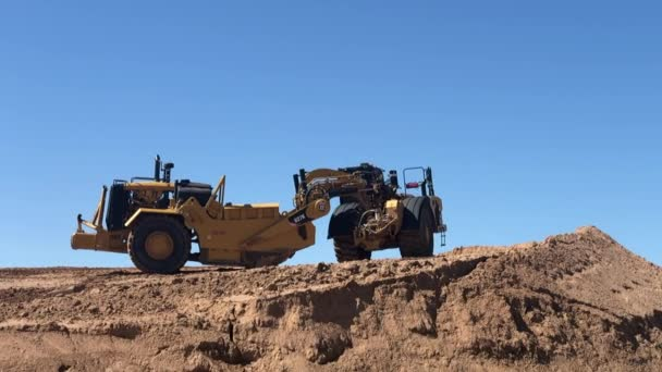 Phoenix, Arizona / Amerikai Egyesült Államok - 03-21 2020: Earth mover, working on the Loop 101 (Pima Freeway) Improvement Project from Interstate 17 in Phoenix east to Pima Road in Scottsdale.