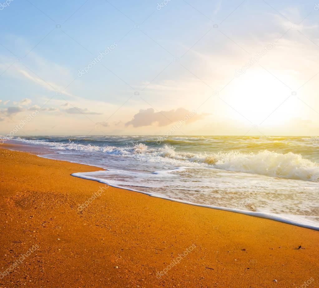 Фотообои песчаный морской пляж на закате