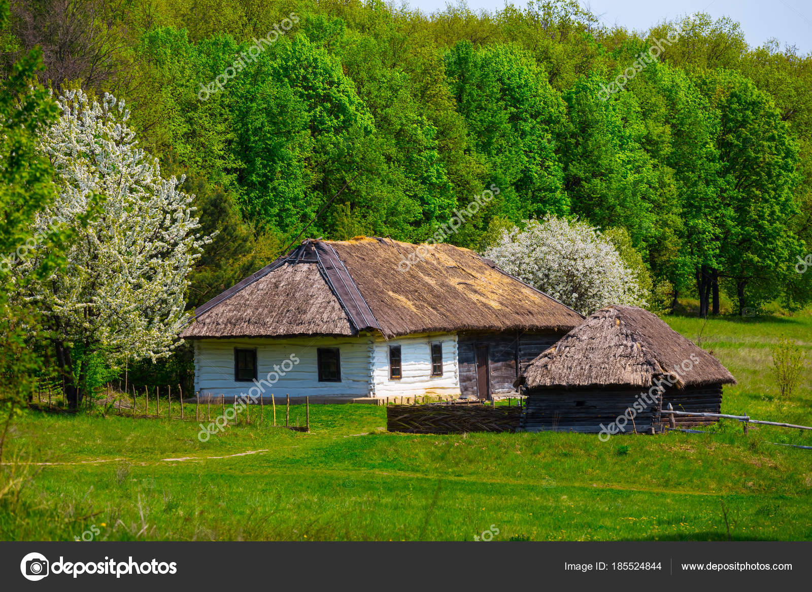 Pequena casa rural tnica jardim fotografias de stock for Casa rural mansion terraplen seis