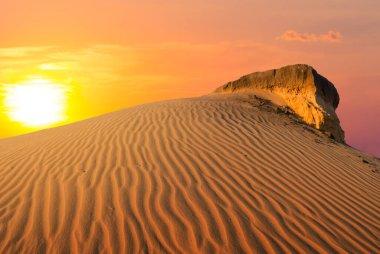 """Картина, постер, плакат, фотообои """"драматический красный закат над песчаной пустынной дюной, хороший внешний фон"""", артикул 354136390"""