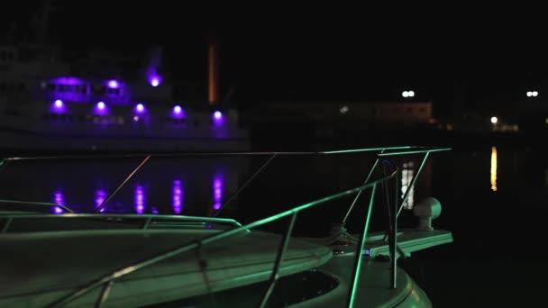 Schip \\ jacht in de haven op de golven tegenover kleur verlichting ...