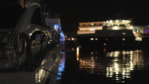 Motorový člun v přístavu v noci na mořské vlny